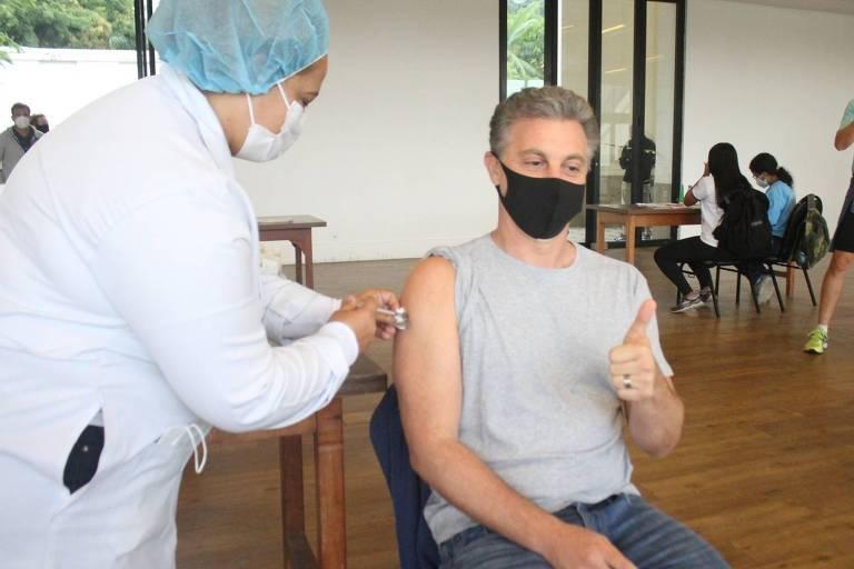 Luciano Huck recebe primeira dose da vacina