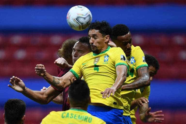 Marquinhos e Militão sobem para cabecear na área brasileira contra a Venezuela, pela Copa América