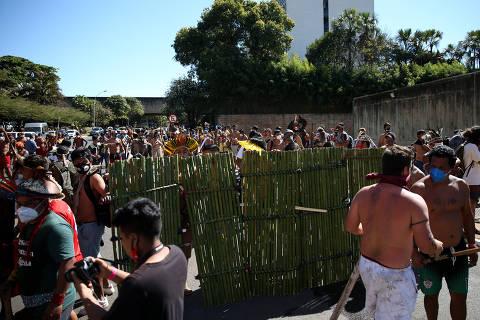 Polícia dispersa ato indígena com bombas de gás, e Câmara suspende discussão de demarcação de terras