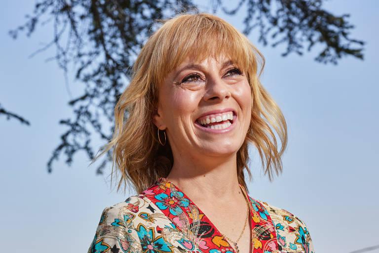 Annie Weisman, criadora da nova série Physical, em sua casa em Los Angeles