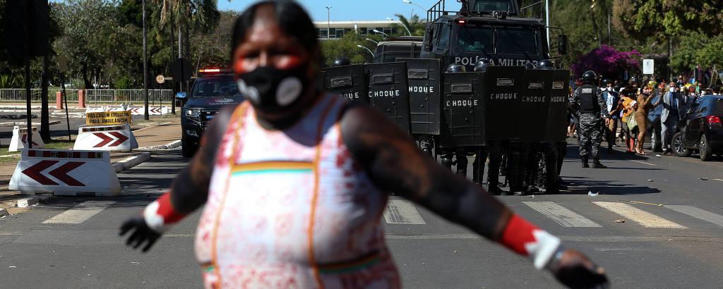 Após conflito com a tropa de choque da PM, índios protestam próximo à entrada da Câmara dos Deputados