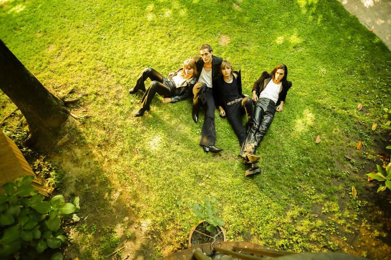 Membros do Maneskin, a banda de rock italiana, a partir da esquerda: Victoria De Angelis, Damiano David, Thomas Raggi e Ethan Torchio, em Milão