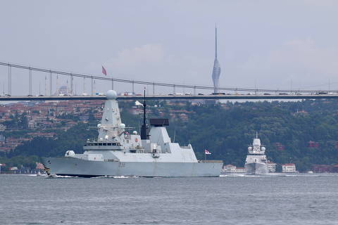 FILE PHOTO: Royal Navy's Type 45 destroyer HMS Defender sets sail in the Bosphorus, on its way to the Black Sea, in Istanbul, Turkey June 14, 2021. REUTERS/Yoruk Isik/File Photo ORG XMIT: GGG-IST02