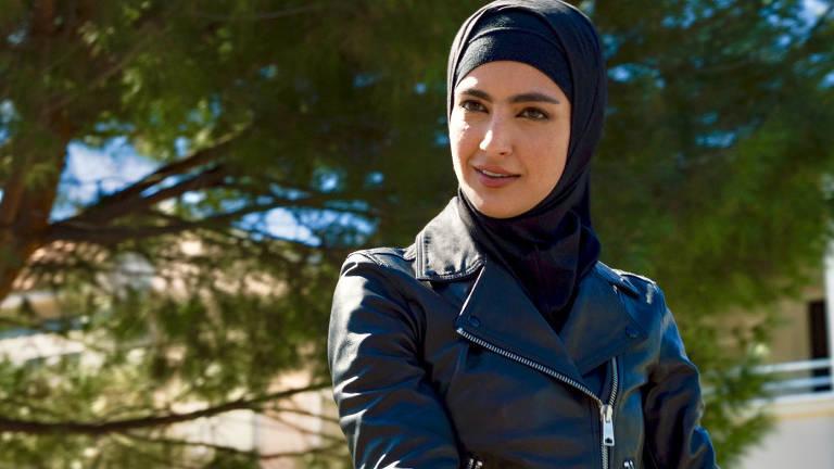 mulher morena com hijab em cena de série