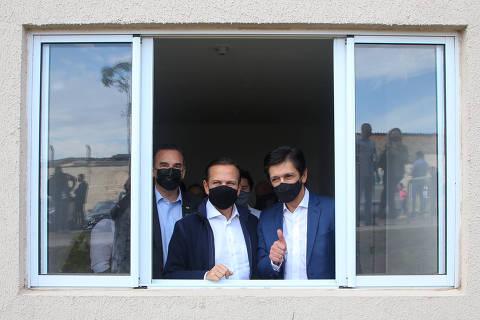 Ao lado de Doria, Nunes minimiza crise e cita vacinas para público de 47 a 49 anos na capital