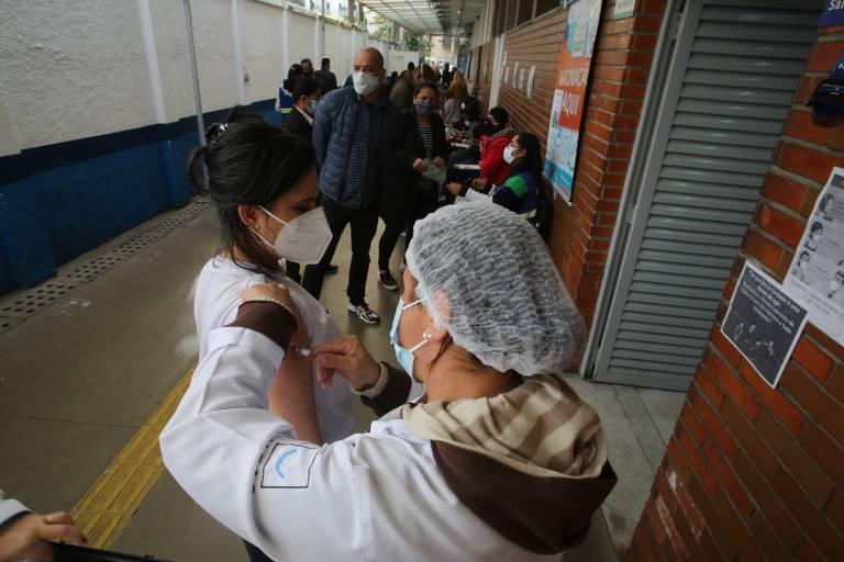 Após interrupção na vacinação contra Covid-19, São paulo retoma a imunização de adultos com 49 anos ou mais nesta quarta (23). Na foto, fila para vacinação na UBS Humberto Pascale, na Santa Cecília (região central de São Paulo)