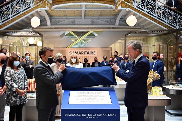 O presidente-executivo da multinacional francesa LVMH, Bernard Arnault, e o presidente da França, Emmanuel Macron, em cerimônia de reabertura da loja La Samaritaine, em Paris