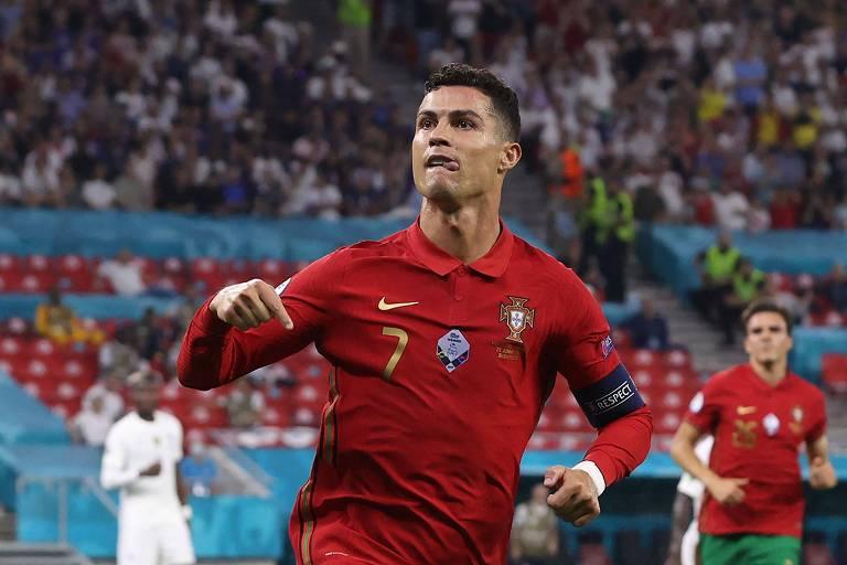 Ronaldo celebra um dos dois gols sobre a França em Budapeste