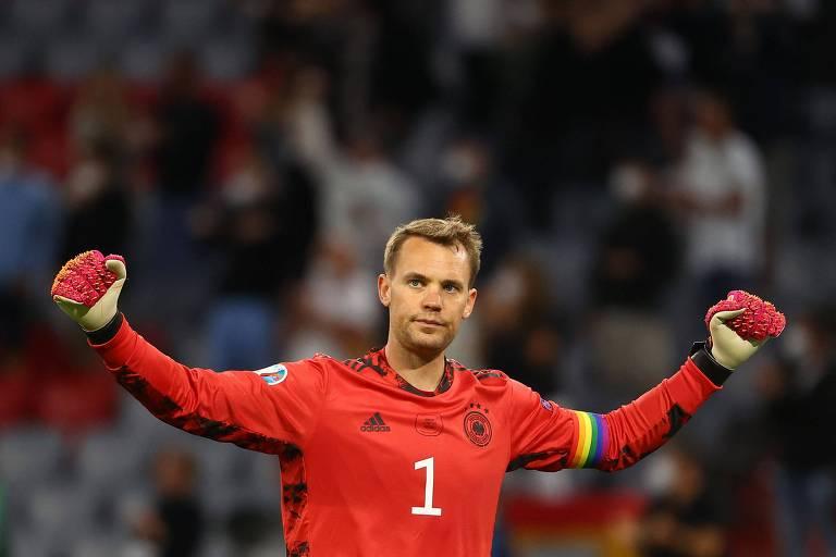 Manuel Neuer comemora a classificação com a braçadeira de capitão colorida