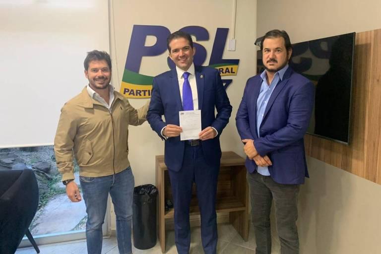 O vereador Rubinho Nunes (centro), do MBL, se filia ao PSL, com Junior Bozzella (à esquerda) e Antonio Rueda (à direita), vice-presidentes nacionais da sigla