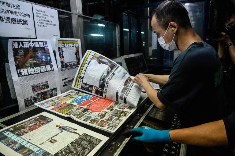 Funcionários do Apple Daily trabalham na última edição do jornal de Hong Kong