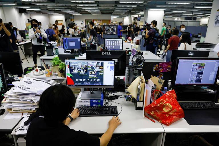 Funcionários do Apple Daily trabalham na Redação para preparar a última edição impressa do jornal em Hong Kong