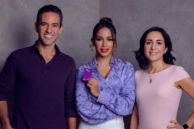 Anitta junto aos cofundadores do Nubank, Cristina Junqueira e David Vélez