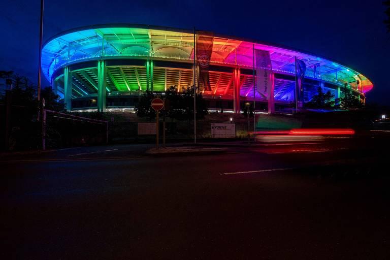 Foto noturna mostra o estádio Deutsche Bank Park é totalmente iluminado com as cores do arco-íris