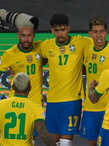 Brazil's Roberto Firmino (2nd R) celebrates with teammates after scoring against Colombia during the Conmebol Copa America 2021 football tournament group phase match, at the Nilton Santos Stadium in Rio de Janeiro, Brazil, on June 23, 2021. (Photo by MAURO PIMENTEL / AFP)