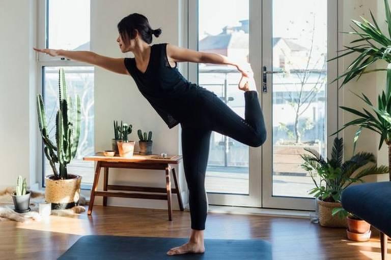 Uma das formas de melhorarmos nosso equilíbrio é simples: ficar em pé, só que sobre uma perna só