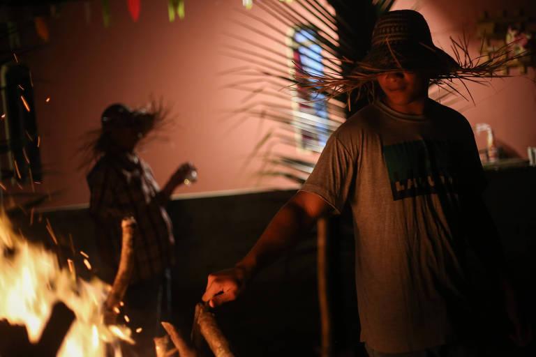 Mesmo sem festa, tradição de São João persiste em cidades do Nordeste
