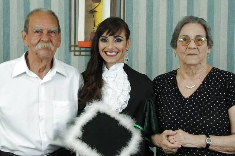 Paola Falceta ao lado dos pais em fotografia de 2017: a morte da mãe fez com que ela criasse associação junto com amigo