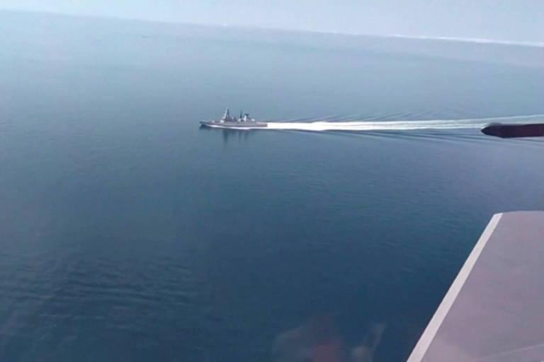 Putin ameaça forças da Otan após tiros contra navio militar britânico; veja vídeos