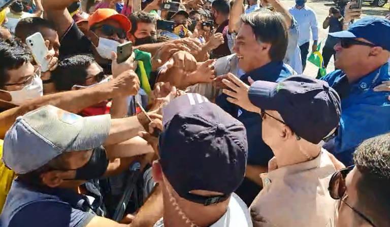 Bolsonaro cercado por apoiadores