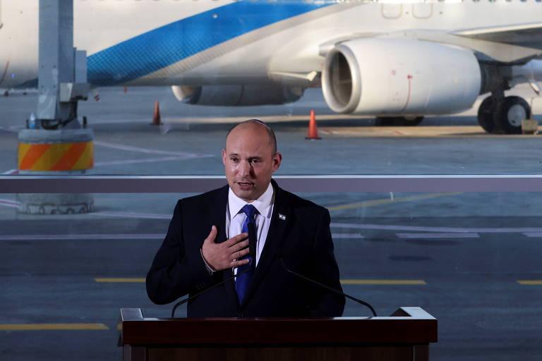 O primeiro-ministro de Israel, Naftali Bennett, discursa sobre a crise do coronavírus no aeroporto internacional Ben Gurion, em Lod, próximo a Tel Aviv