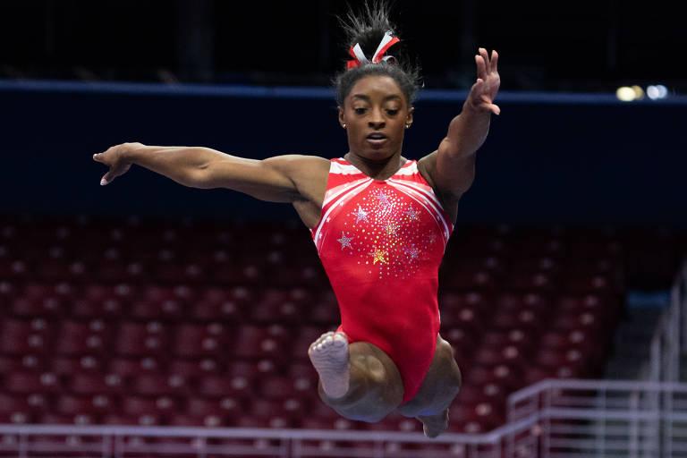 Simone Biles salta durante apresentação na trave de equilíbrio