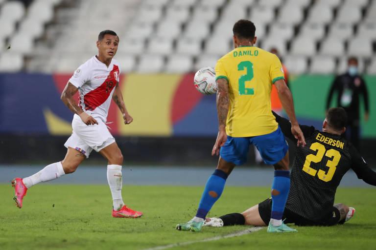 Ederson, com a camisa 23, em ação pelo Brasil na partida contra o Peru, pela Copa América