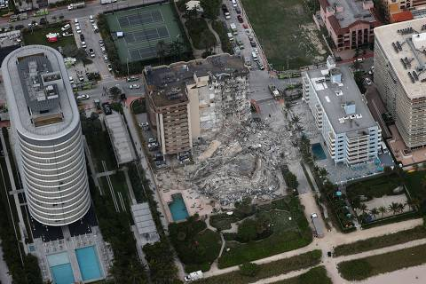 SURFSIDE, FLORIDA - JUNE 24: Search and rescue personnel work in the rubble of the 12-story condo tower that crumbled to the ground after a partial collapse of the building on June 24, 2021 in Surfside, Florida. It is unknown at this time how many people were injured as search-and-rescue effort continues with rescue crews from across Miami-Dade and Broward counties.   Joe Raedle/Getty Images/AFP == FOR NEWSPAPERS, INTERNET, TELCOS & TELEVISION USE ONLY ==