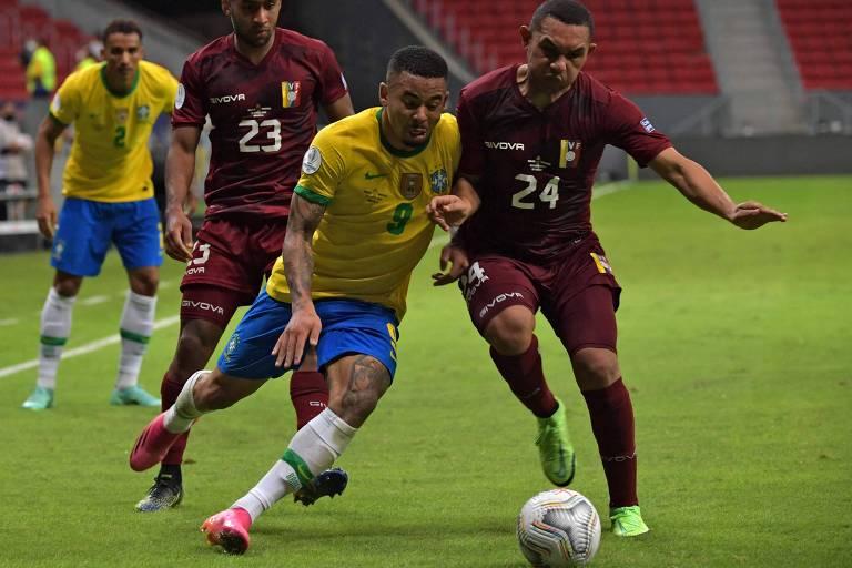 Gabriel Jesus, do Brasil, divide bola com Bernaldo Manzano, da Venezuela e que usa a camisa 24