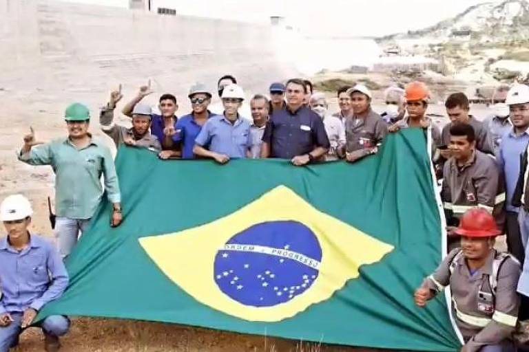 Em foto com Bolsonaro, operários fazem L com os dedos e web associa a Lula