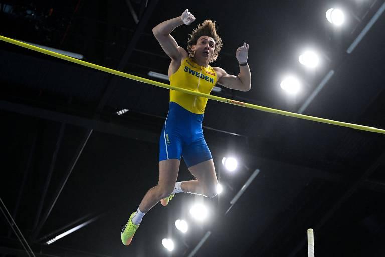 Armand Duplantis supera o sarrafo em prova de salto com vara