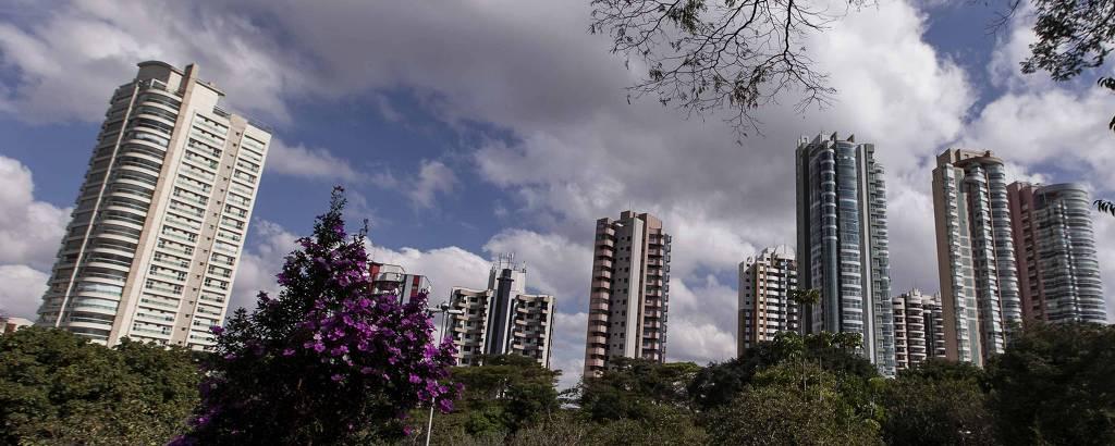 Imagem com arvores em primeiro plano e prédios em segundo plano mostrando a movimentação no Clube Recreativo Ceret, no bairro do Tatuapé