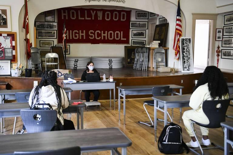 Volta das aulas presenciais durante a pandemia na escola de ensino médio Hollywood em Los Angeles, Califórnia.