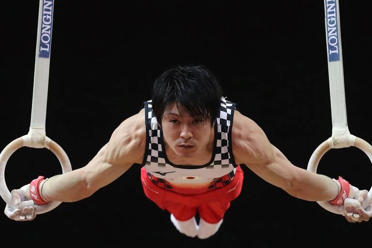 Kohei Uchimura se apresenta nas argolas durante competição