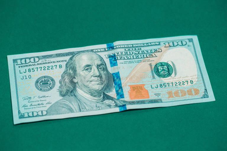 Dólar cai para R$ 4,9050; veja se momento é de compra