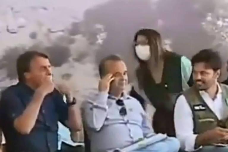 O presidente Jair Bolsonaro sinaliza a criança para retirar máscara em Jucurutu (RN)