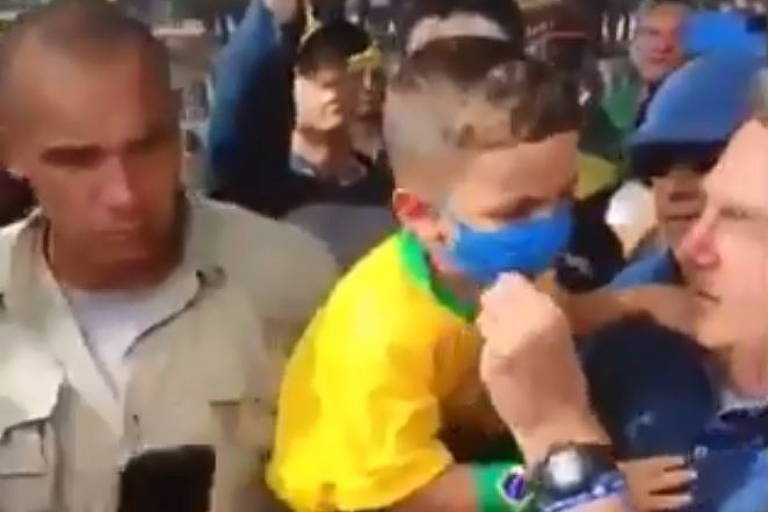 O presidente Jair Bolsonaro retira máscara de criança no Rio Grande do Norte