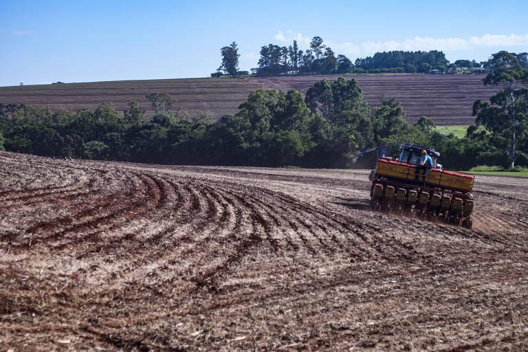 Máquinas preparam a terra para safra de milho na zona rural da cidade de Toledo, no Paraná