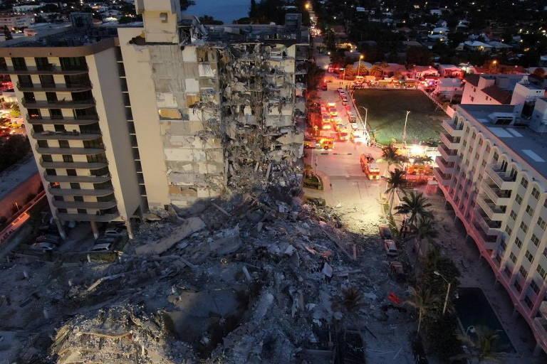 Vista panorâmica do prédio de 12 andares que desabou parcialmente na cidade de Surfside, ao norte de Miami Beach