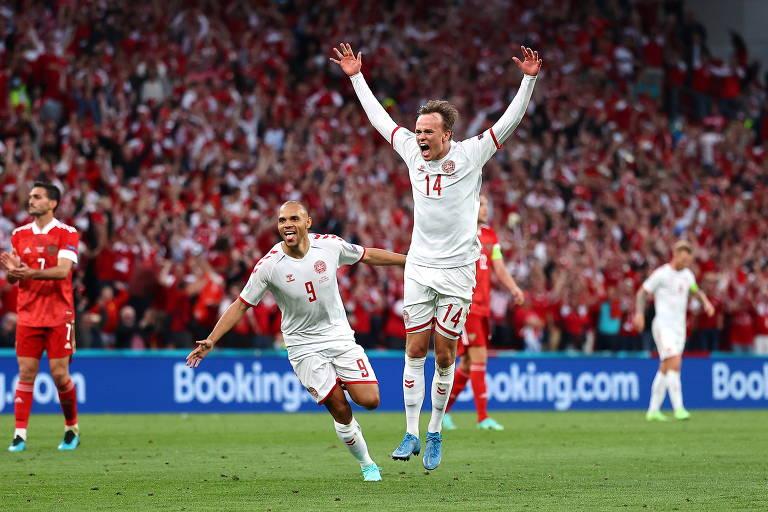 Mikkel Damsgaard salta ao celebrar gol da Dinamarca sobre a Rússia, na Eurocopa