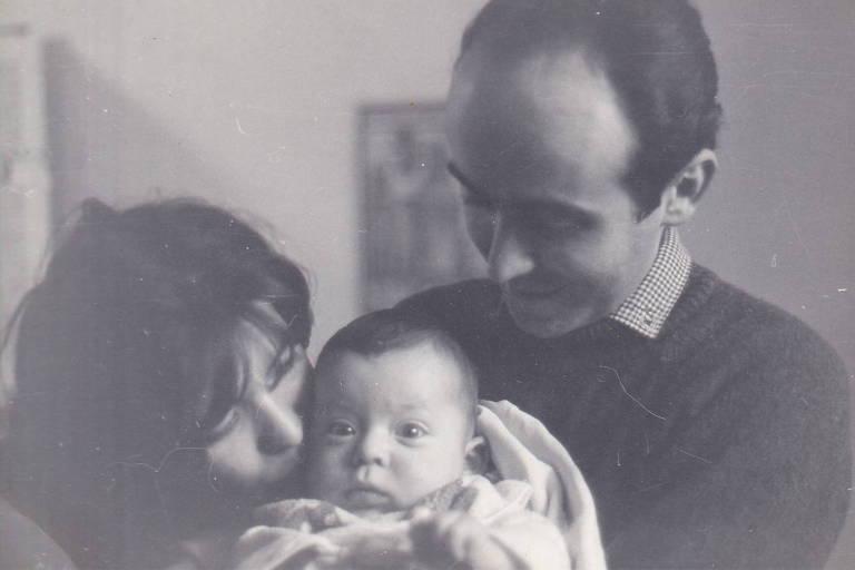 Ivo Herzog bebê recebendo beijo de Clarice Herzog sobre os olhares de Vladimir Herzog