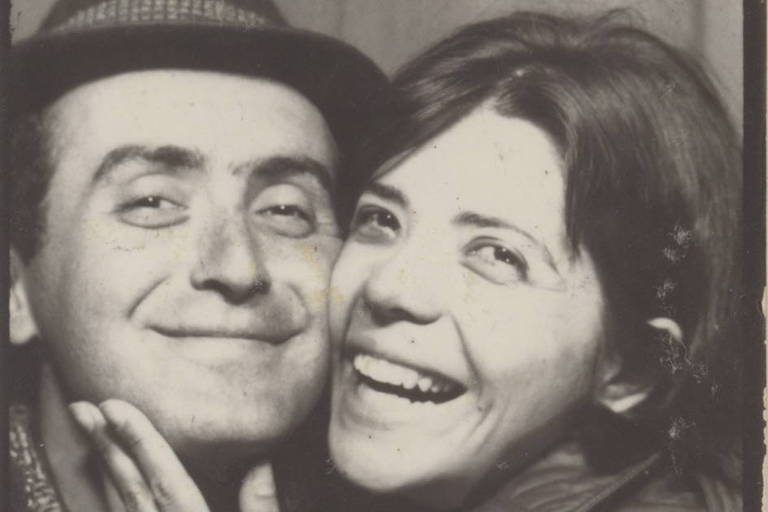Vladimir Herzog e Clarice Herzog em cabine fotográfica