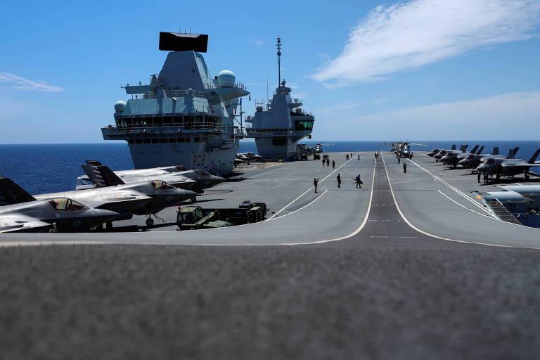 Convés do HMS Queen Elizabeth, com caças F-35B, durante sua viagem operacional inaugural