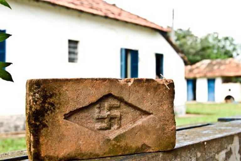 """Tijolo com símbolo nazista no documentário """"Menino 23"""""""