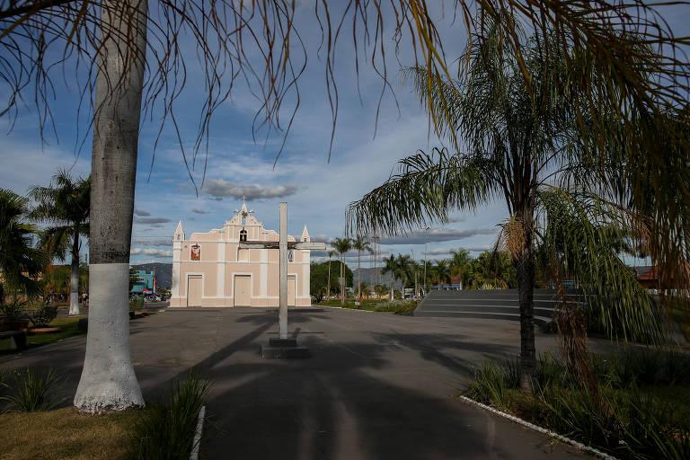 Cidade de Monte Alegre de Goiás, onde vivem quilombolas kalunga; ao fundo, igreja e, em primeiro plano, palmeiras