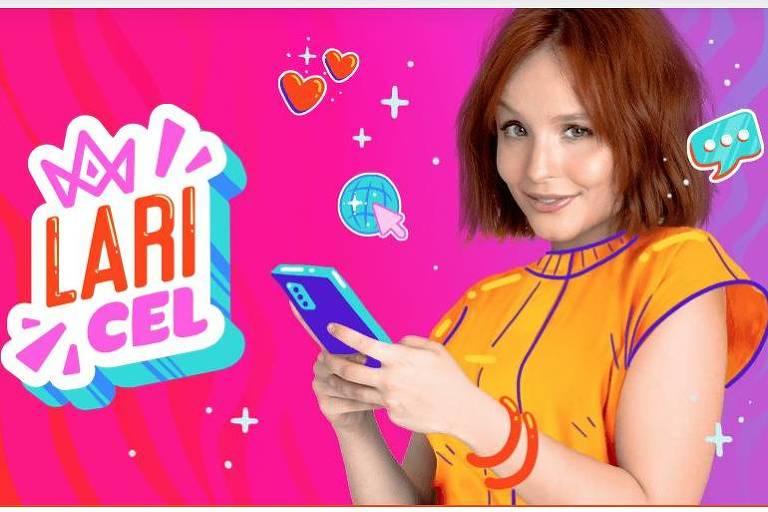 Uma adolescente com um cabelo ruivo segura um celular; ao lado está escrito 'Lari Cel'
