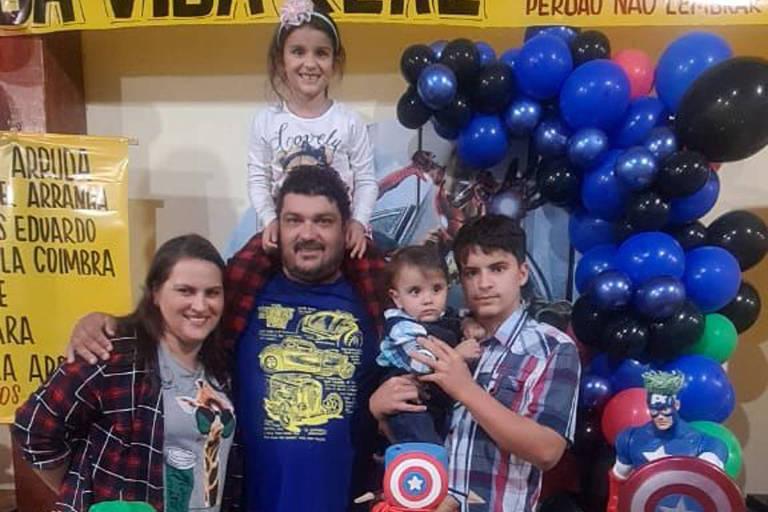 Imagem mostra pessoas reunidas em decoração de super-heróis em festa infantil que homenageou médicos de hospital