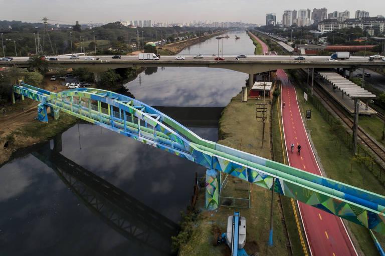 Grafite em ponte no rio Pinheiros alerta para escassez de água em SP