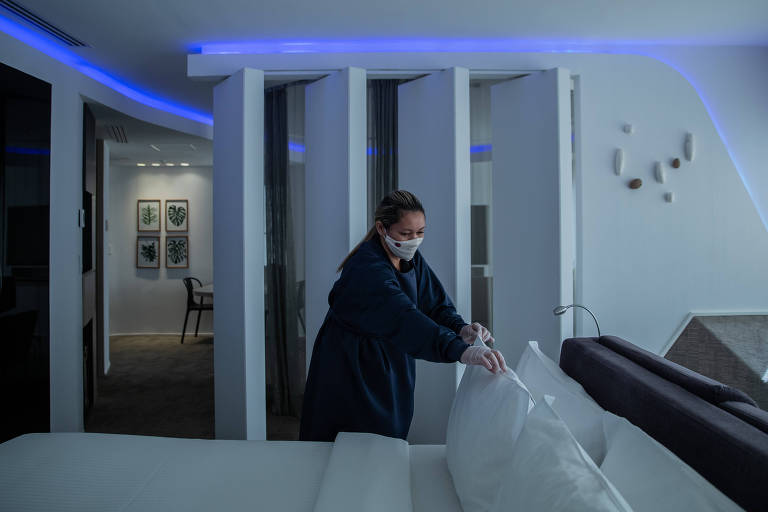 Trabalhadora faz limpeza em quarto de hotel na Vila Olímpia, em São Paulo