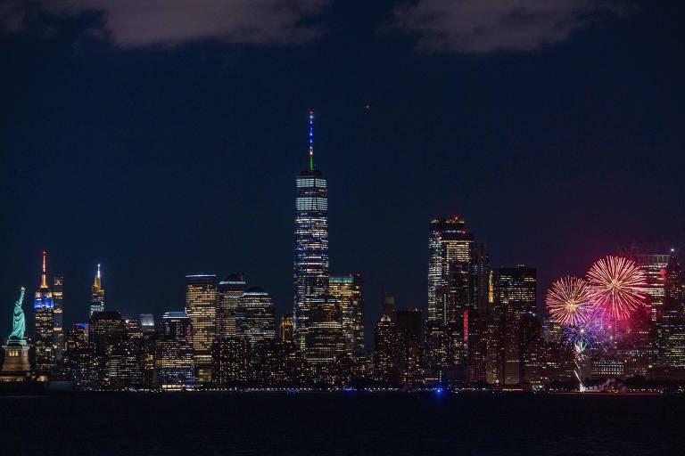 A estátua da Liberdade, à esq., e o skyline de Nova York com fogos de artifício para celebrar os 70% dos adultos vacinados com ao menos uma dose